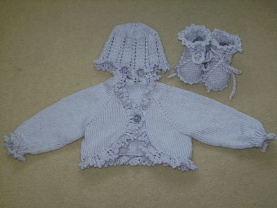 LOVELY GIRLS PALE LILAC BOLERO AND HAT AND BOOTIE SET AGE 0-3 MONTHS