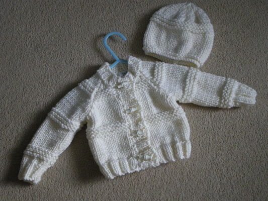 LOVELY UNISEX CREAM CHUNKY CARDIGAN AND HAT SET 0-3 MONTHS