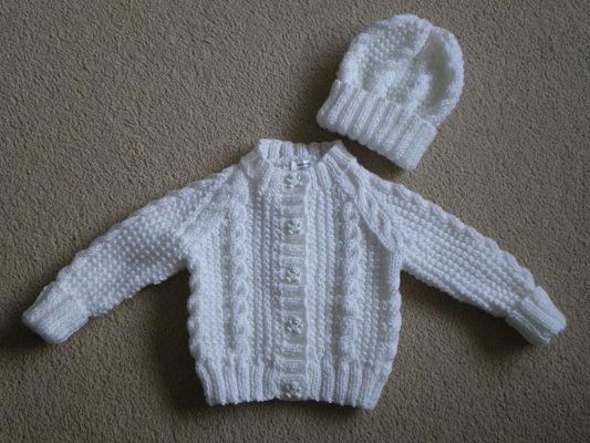 BEAUTIFUL,WHITE CABLE CARDIGAN AND HAT SET 0-3 MONTHS